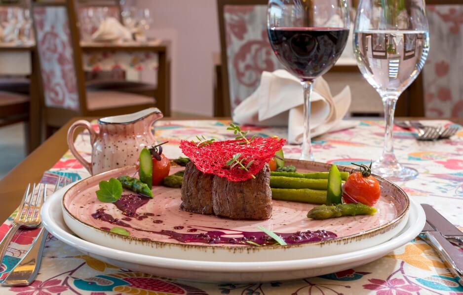 Restaurantul West City Hotel: Gastronomie Fina si un Strop de Magie